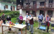 मन्त्री बस्नेत स्वास्थ्य सामग्री बाेकेर गृह जिल्लामा